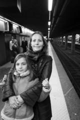 mère et fille sur le quai du métro