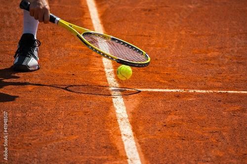 Papiers peints Individuel Terrain de tennis, raquette et balle jaune