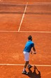 Match de tennis sur terre battue : service