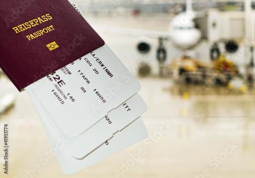 Reisepass und Brodkarte auf Flughafen