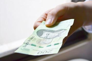 mano con un billete
