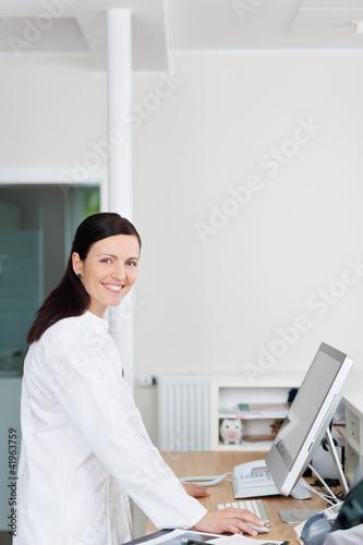 lächelnde ärztin am empfang
