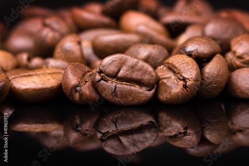 sterty-ziarna-kawy-na-czarnym-tle