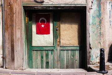 Türkische Fahne vor verschlossener Tür