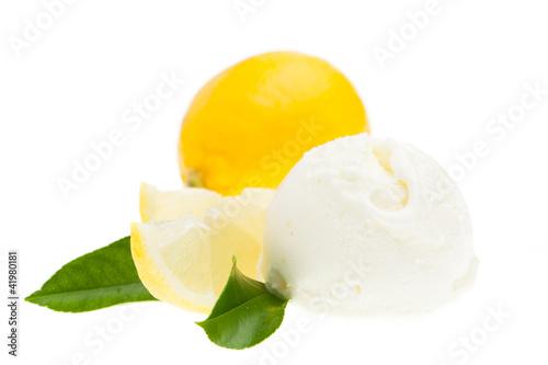 Kugel Zitroneneis mit Zitrone und Blätter auf weiß