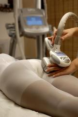 Mujer tratamiento ultrasonido para celulitis y piernas.