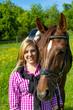 Junge Frau mit Pferd