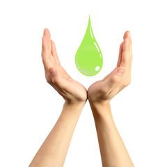 Mains protectrice d'une goutte verte