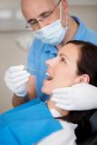 zahnarzt behandelt eine patientin