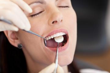 patientin mit gesunden zähnen