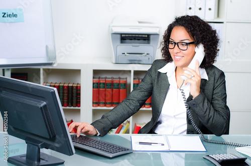 junge angestellte am telefon