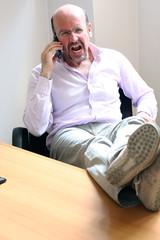 Capo in ufficio al telefono