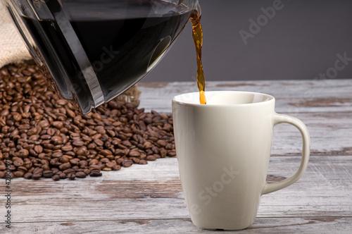 nalewac-kawe-nad-rocznika-drewnianym-tlem
