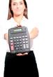femme montrant une calculatrice
