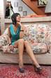 donna su poltrona divano