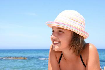 Mädchen lachend am Strand