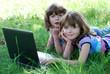Eineiige Zwillinge mit Laptop