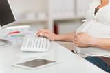 Fototapety schwangere frau arbeitet im büro