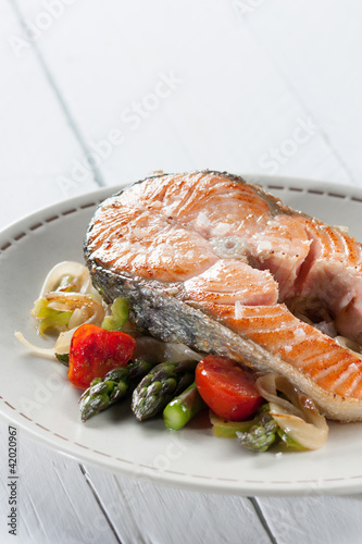 Sliced grilled salmon with vegetables