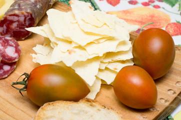 pomodori,pane carasau e salsiccia