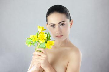 Piękna kobieta z żółtą lilią