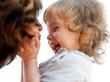 lachendes Kleinkind mit Mutter