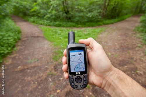 Leinwanddruck Bild GPS Handgerät zeigt den richtigen Weg - Navigationsgerät, Navi