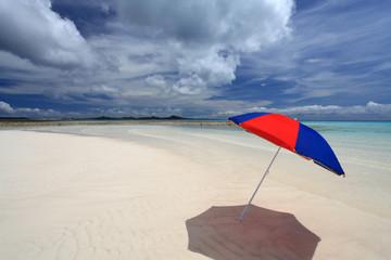 真っ白な砂浜とビーチパラソル