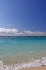コバルトブルーの美しい海と白い波