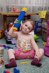 ребенок играется с лего