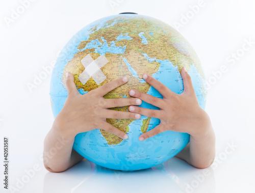 globus mit pflaster und hand