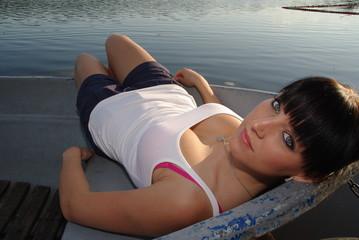 junge Frau im Boot