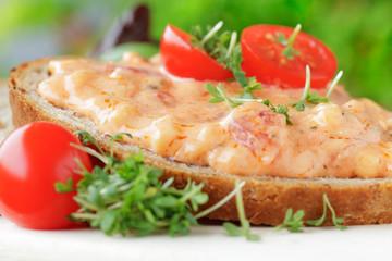 Brot mit Tomaten- Mozzarella- Creme
