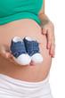 Babyschuhe vor Babybauch