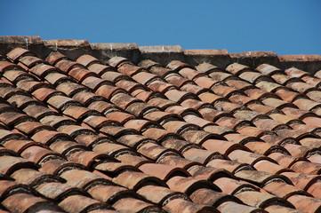 vecchio tetto con muffe e smog