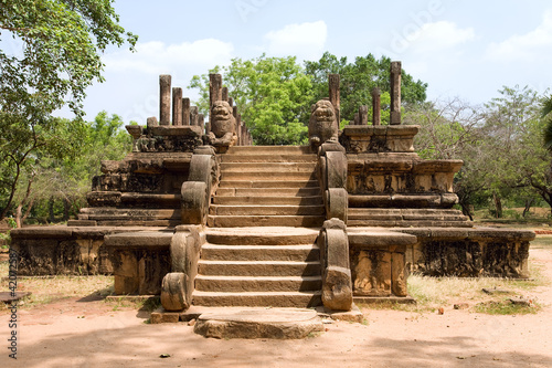 Sri-Lanka - Polonnaruwa - ancient capital of Ceylon - audience h