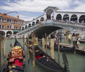 Venedig - Die Gondeln an der berühmten Rialrobrücke