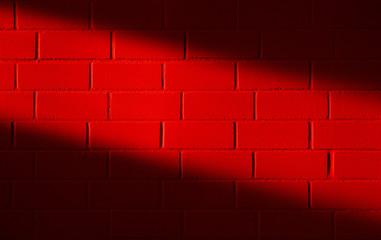 Feuerrote Backsteinwand mit Streiflicht