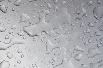 detalle de gotas de agua sobre superficie metalica