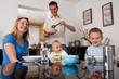 Familie daheim beim Essen
