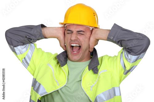 pracownicy-zakrywali-uszy