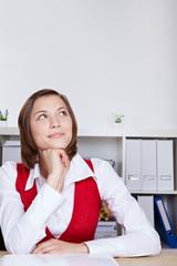 Frau im Büro denkt nach