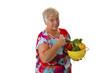 Seniorin mit frischem Gemuese