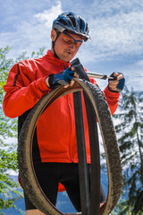 Mann repariert Reifen