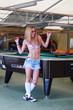 Frau spielt Billiard