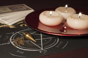 Tarotkarten, Pendel und Kerzen