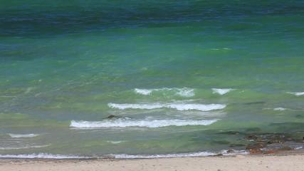 Wellen am brechen sich am schönen Ostseestrand