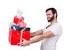 junger mann überreicht seine geschenke
