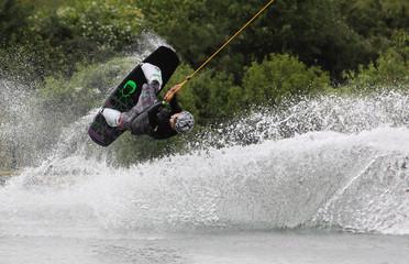 springender Wakeboarder