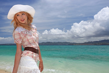 コバルトブルーの美しい海と振り向く女性